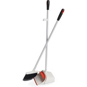 Set di pulizia scopa e paletta con manico lungo verticale Good Grips Oxo